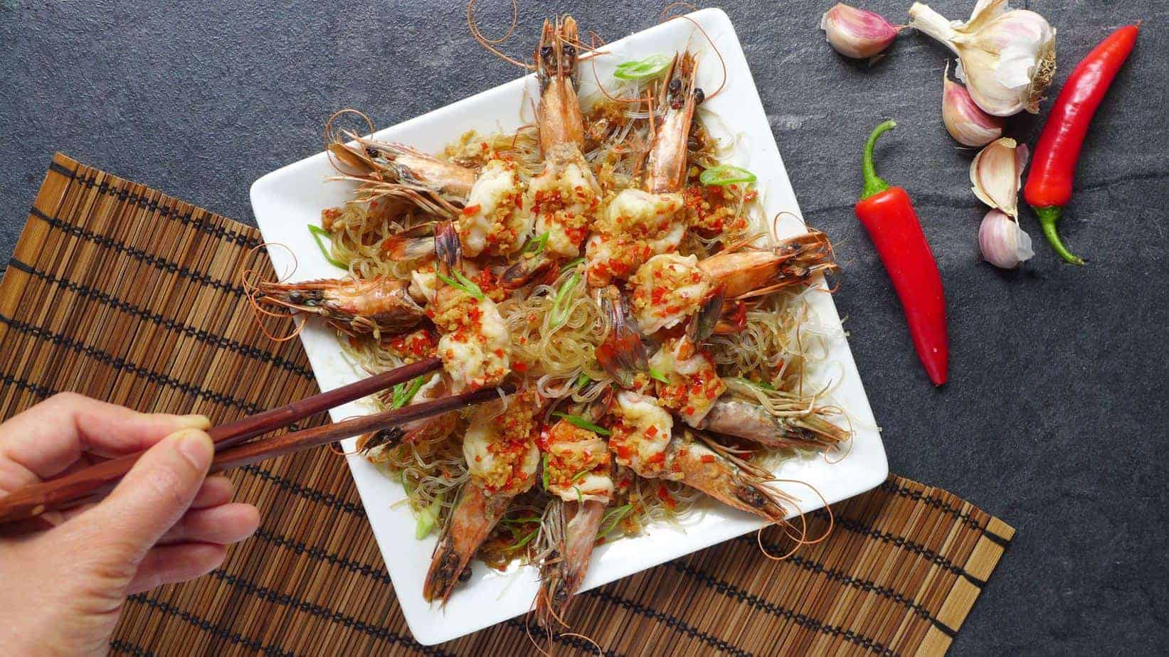 Steamed garlic prawns with vermicelli (蒜蓉粉丝蒸虾)