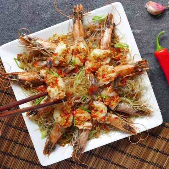 A tasty, good-looking dish with little preparation, steamed garlic prawns with vermicelli only takes a few minutes to cook. A great dish to impress your guests at dinner parties.