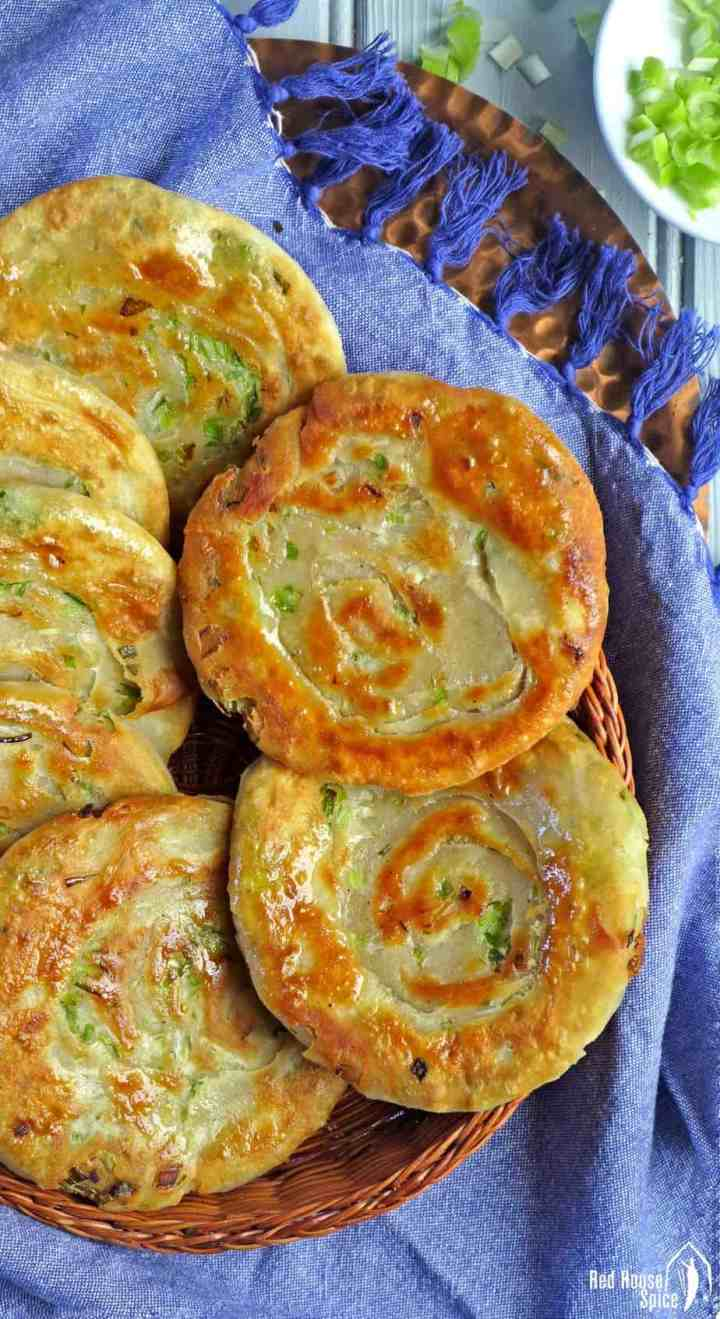 An informative guide to making spring onion pancake. This recipe shows you how to make it flaky, tasty and crispy. Dipping sauce suggestions are also provided.