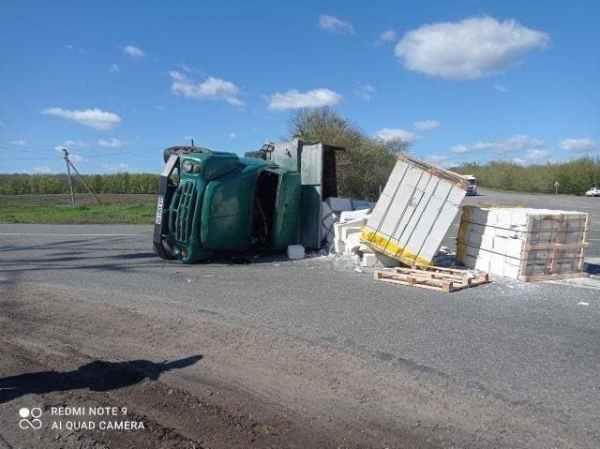 ДТП: На повороте перевернулся грузовик (ФОТО) - РЕДПОСТ