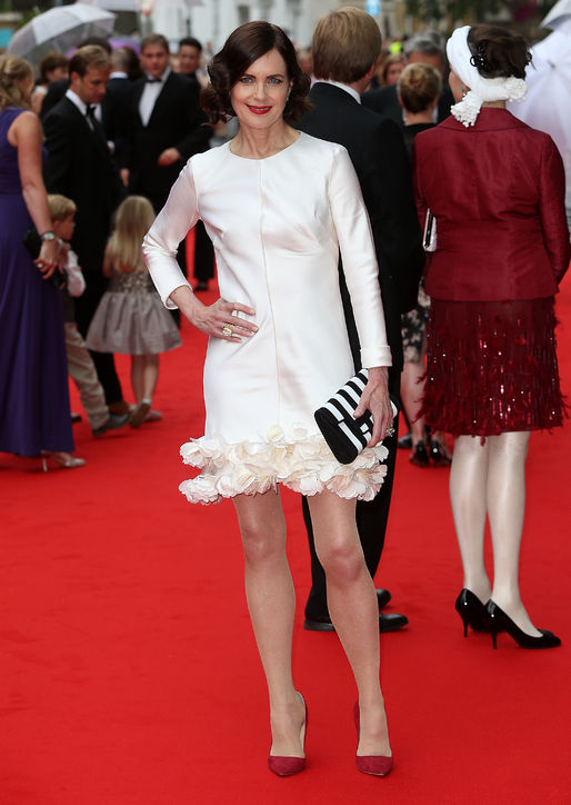 Elizabeth McGovern looks fantastic in a short, ruffled number with red d'Orsay pumps.