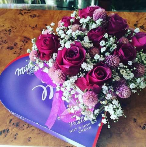Kutija od intenzivno roze ruža i Milka srce