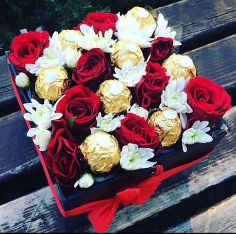 Crna kutija od crvenih ruža i Fererro Roscher