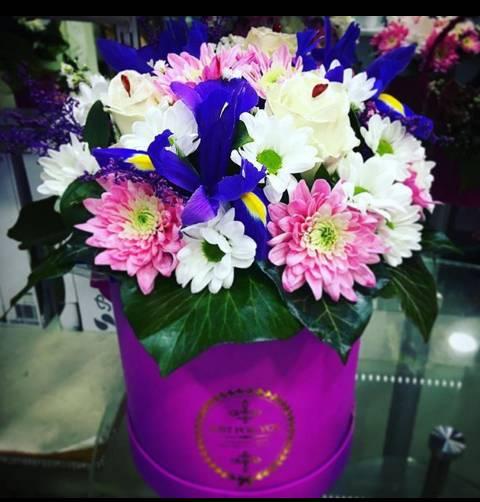 Sitno cveće u intenzivno roze kutiji