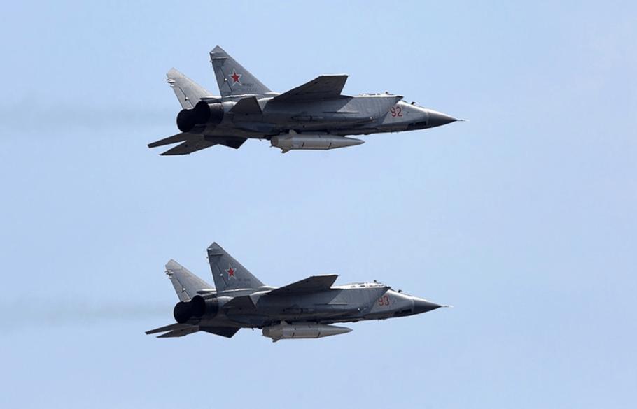 MiG-31K-membawa-rudal-Kinzhal-TASS-Angkasa-Review