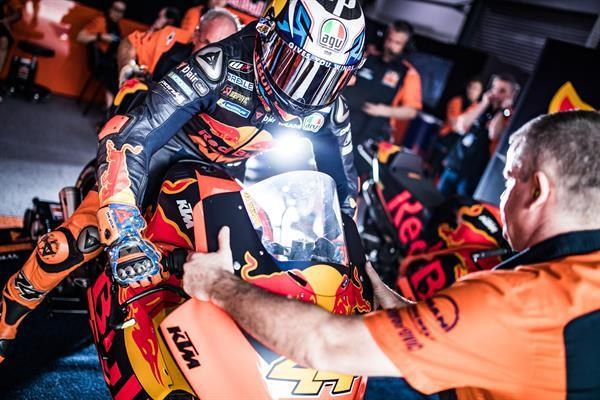 Pol-Espargaro-Mechanic-KTM-RC16-Box-Losail-International-Circuit-2018