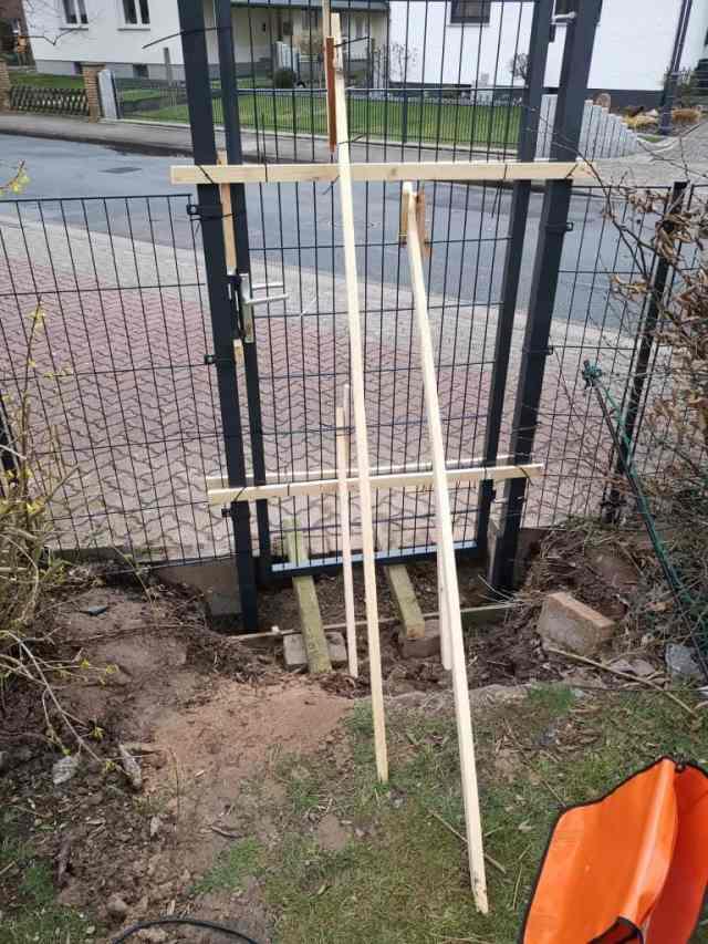 Einbau eines Gartentores Sicherung