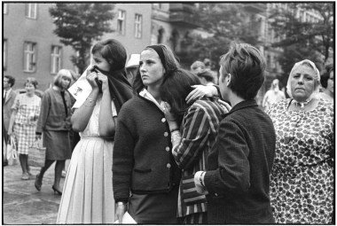West Germany. West Berlin. 1962. Watching the construction of the Berlin Wall.