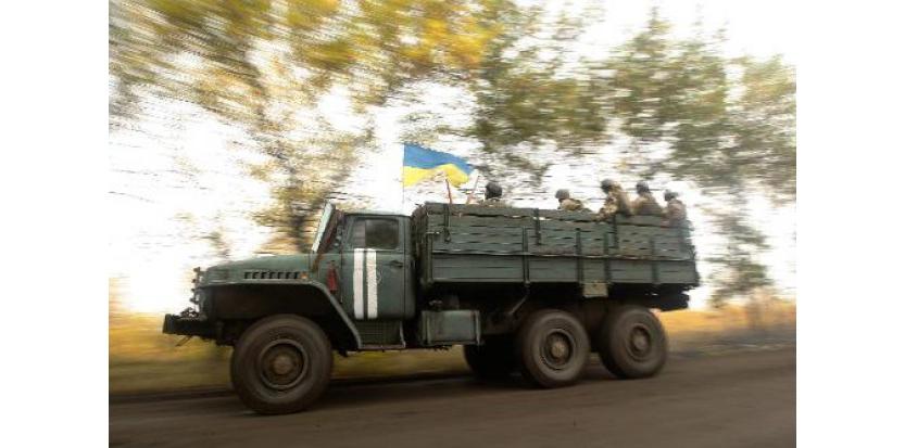 Des militaire ukrainiens font route vers Donetsk, le 26 septembre 2014 (c) Afp