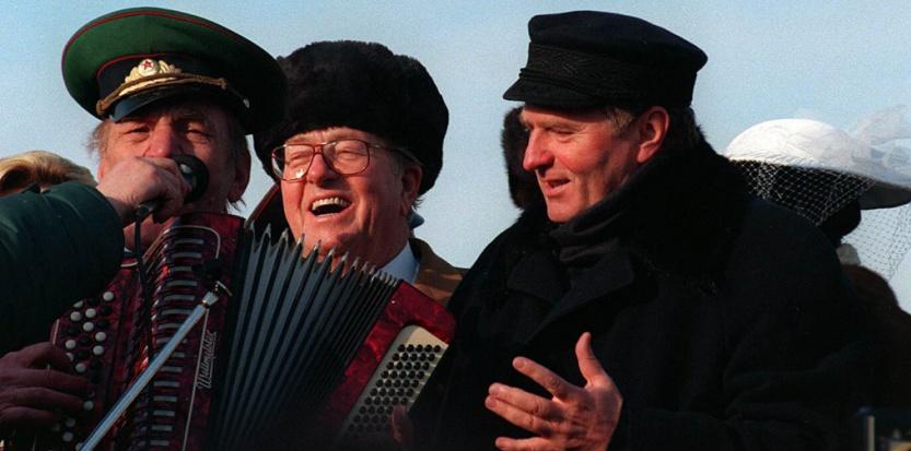 Moscou 1996: le leader ultranationaliste russe Vladimir Jirinovski (à droite) fête son anniversaire de mariage avec Jean-Marie Le Pen (Shone Nesic V./SIPA) Shone Nesic V./SIPA