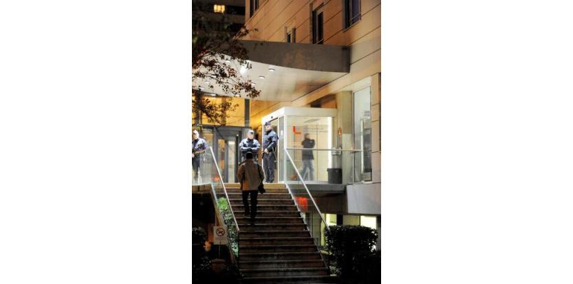Des policiers à l'entrée de la clinique Alembert à Grenoble, où a été hospitalisé le président algérien Abdelaziz Bouteflika, le 14 novembre 2014 (c) Afp