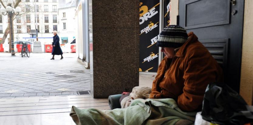 A Tours, une femme sans-abri s'abrite du froid dans un hall d'immeuble. (ALAIN JOCARD/AFP)