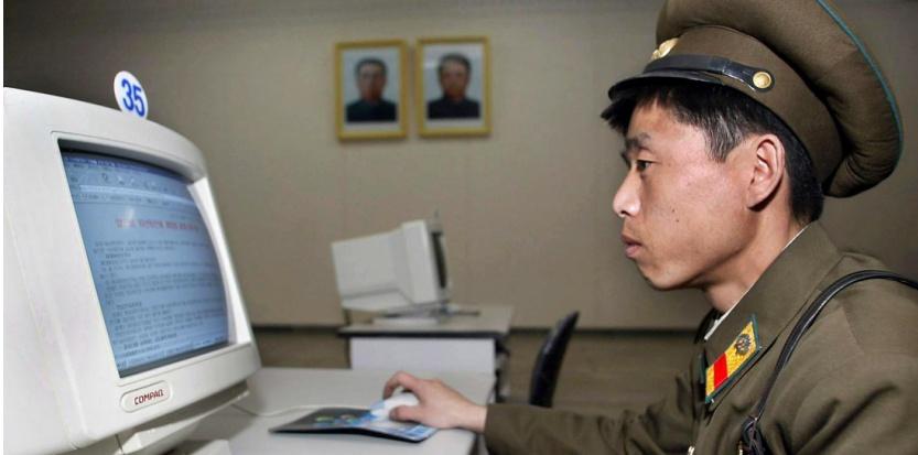 Un soldat nord-coréen devant un ordinateur, en 2002. (AFP)