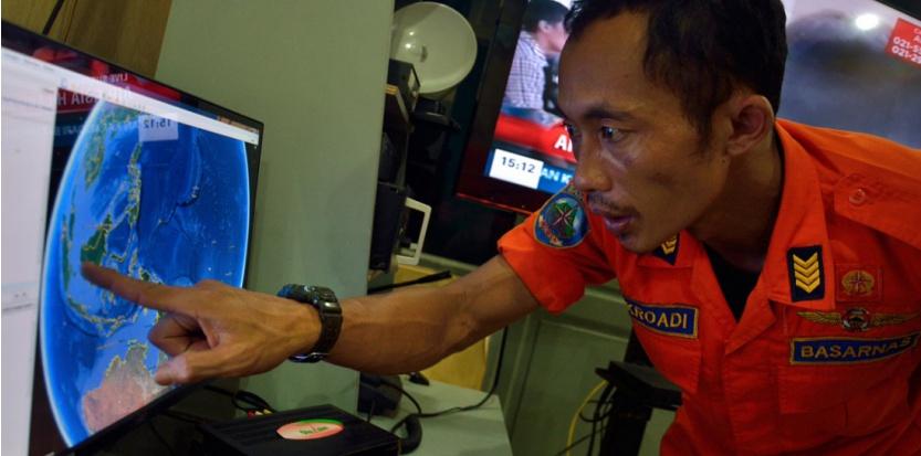 Un responsable indonésien montre le lieu où le vol d'Air Asia a disparu.  (AFP)