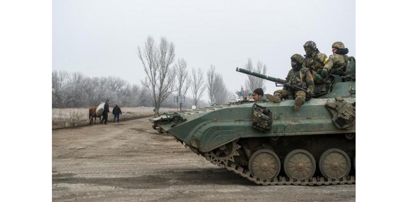 Blindé des forces ukrainiennes à Artemivsk dans la région de Donetsk le 14 février 2015  (c) Afp