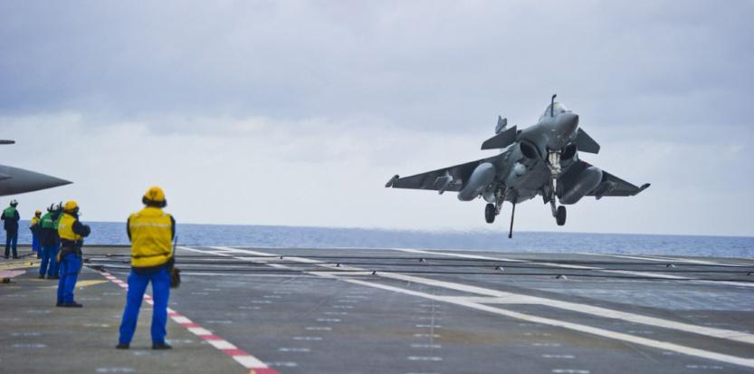Un Rafale se pose sur le porte-avions Charles de Gaulle en Méditerranée le 13 janvier 2015. (LILIAN AUFFRET/SIPA)