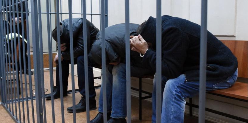 Trois des suspects de l'assassinat de Boris Nemtsov après leur arrestation, au tribunal de Moscou le 8 mars 2015.   (AFP / DMITRY SEREBRYAKOV)
