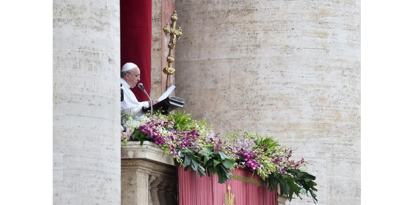 Le pape François prononce sa bénédiction Urbi et Orbe depuis le balcon de la basilique Saint-Pierre au Vatican, le 5 avril 2015 (c) Afp