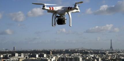 Image d'illustration d'un drone survolant Saint-Cloud, près de Paris. Photo prise le 27 février 2015 d'un drone moteur éteint lancé dans les airs par le photographe de l'AFP ©AFP