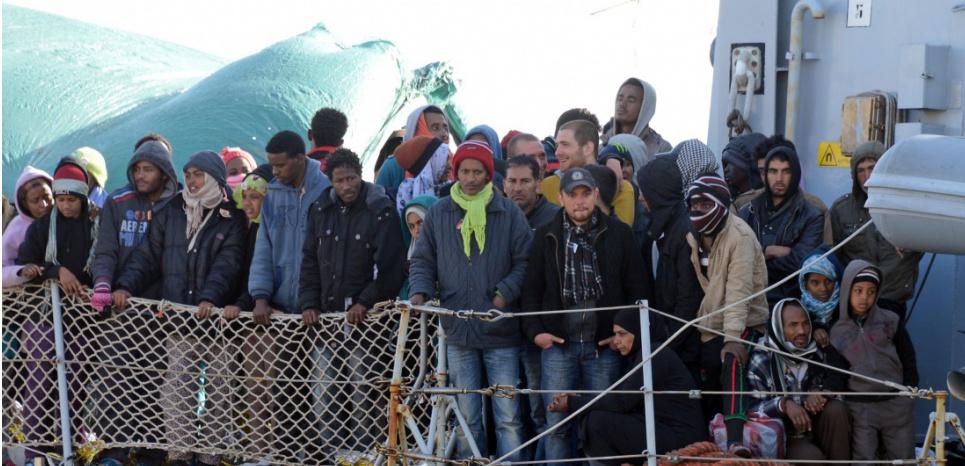Un bateau transportant des migrants arrive au port de Messine, en Italie, le 18 avril 2015. (GIOVANNI ISOLINO / AFP)