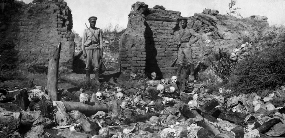 1915: des soldats et les crânes de victimes dans le village arménien de Sheyxalan. (AFP / ARMENIAN GENOCIDE MUSEUM INSTITUTE)