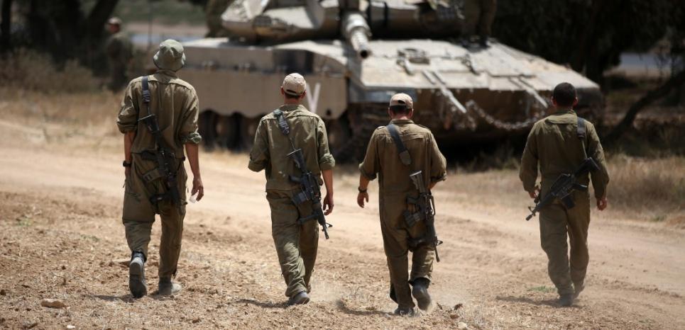 """Des soldats israéliens pendant l'opération """"Bordure protectrice"""", en juillet 2014, à Gaza. (MENAHEM KAHANA / AFP)"""