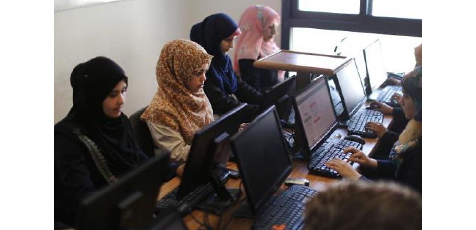 Des Palestiniennes travaillent avec leurs ordinateurs dans la start up Unit One à Gaza, le 18 avril 2015 (c) Afp
