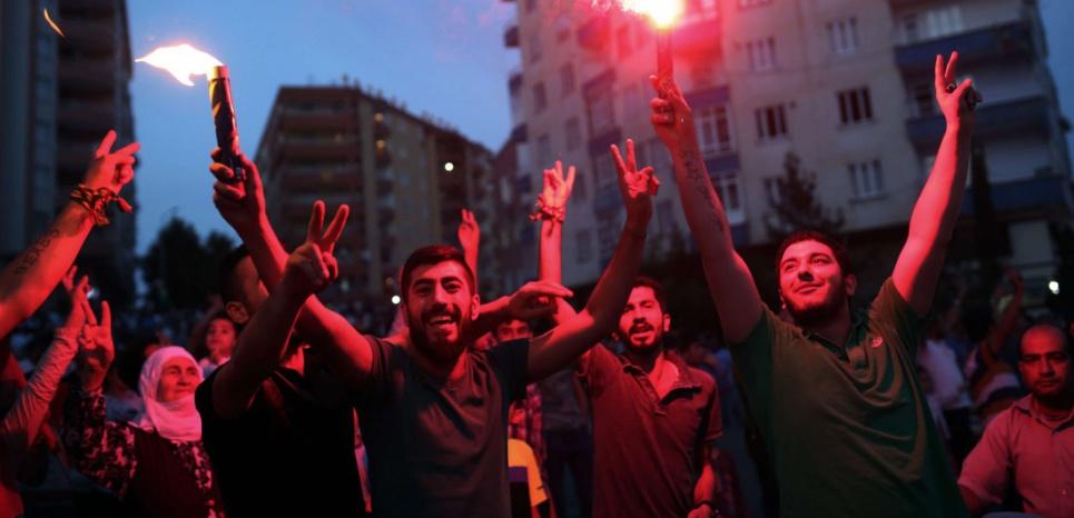 Célébrations nocturnes à Diyarbakir, bastion kurde dans le sud-est du pays. (Emre Tazegul/AP/SIPA)