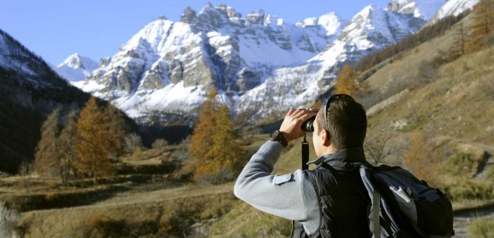 Un agent des parcs nationaux dans le vallon des Sestieres, dans le parc national du Mercantour. Le 13/11/11 (DAMOURETTE/BNT/SIPA)