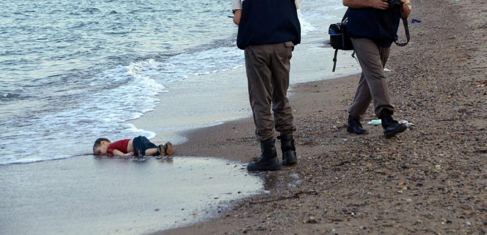 Le corps du petit Aylan, découvert sur une plage dans la région de Bodrum, le 2 septembre 2015 (AP/SIPA)