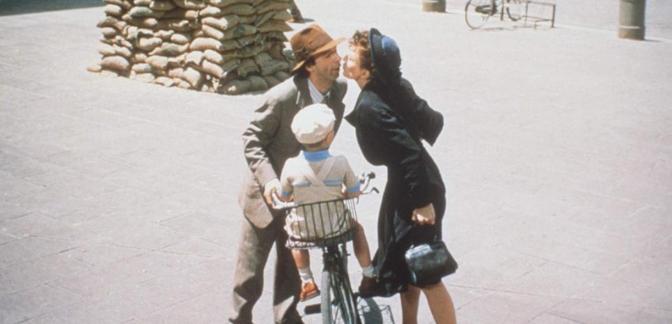 """Extrait du film """"La vie est belle"""" de Roberto Benigni, dans lequel un père cherche à préserver son fils en lui faisant croire que l'Holocauste n'est qu'un immense jeu. Emouvant au possible. ©INTERFOTO USA/SIPA"""
