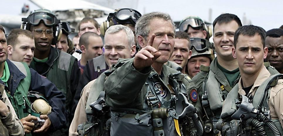 Le président George W. Bush et l'équipage du porte-avions juste avant son discours pour vanter l'éviction de Saddam Hussein. 2003 (HECTOR MATA/AFP)