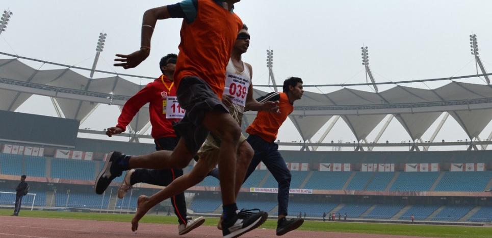 Course des 100 mètres pour des sprinteurs non-voyants avec leurs guides à New Delhi en décembre 2014. Chandan Khanna/AFP
