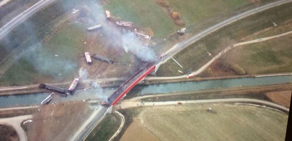 La locomotive du train a terminé sa course dans le canal de la Marne au Rhin. (Images aériennes France 3)