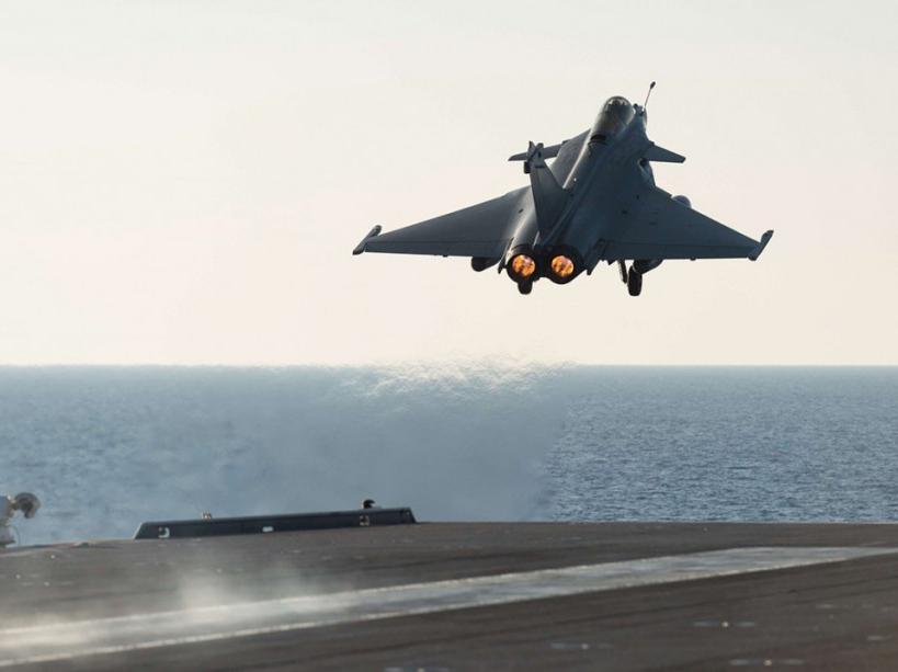 PHOTOS. Le porte-avions Charles de Gaulle entre en action contre Daech