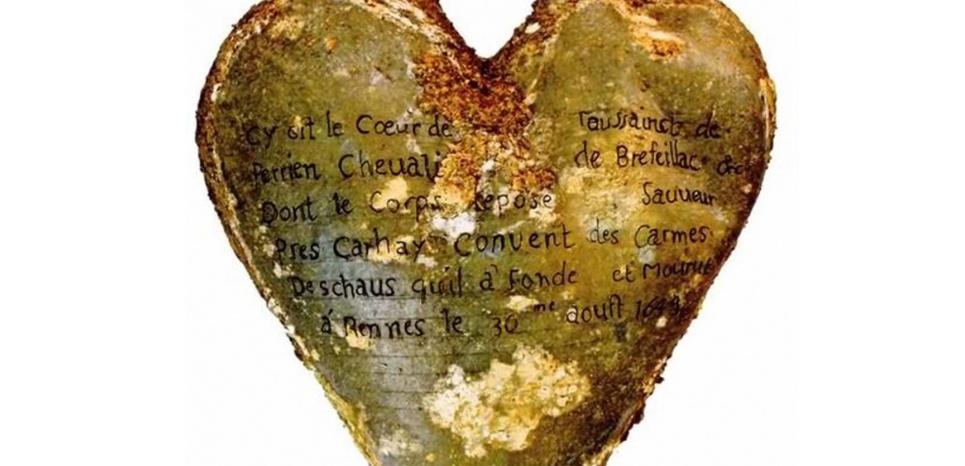 Un reliquaire en plomb contenant le cœur de Toussaint de Perrien, décédé en 1649. © Rozenn Colleter, Ph.D./INRAP