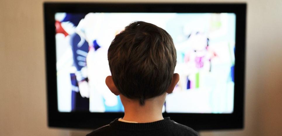 Regarder la télé plus de 3h par jour entraînerait des problèmes cognitifs. © Creative Commons