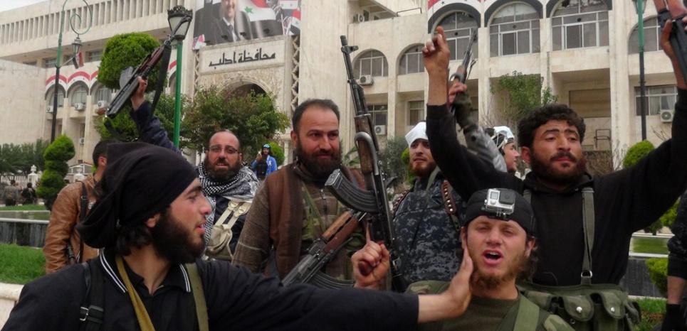 Des combattants islamistes dans la ville syrienne d'Idlib, en mars 2015 (Sami Ali / AFP)