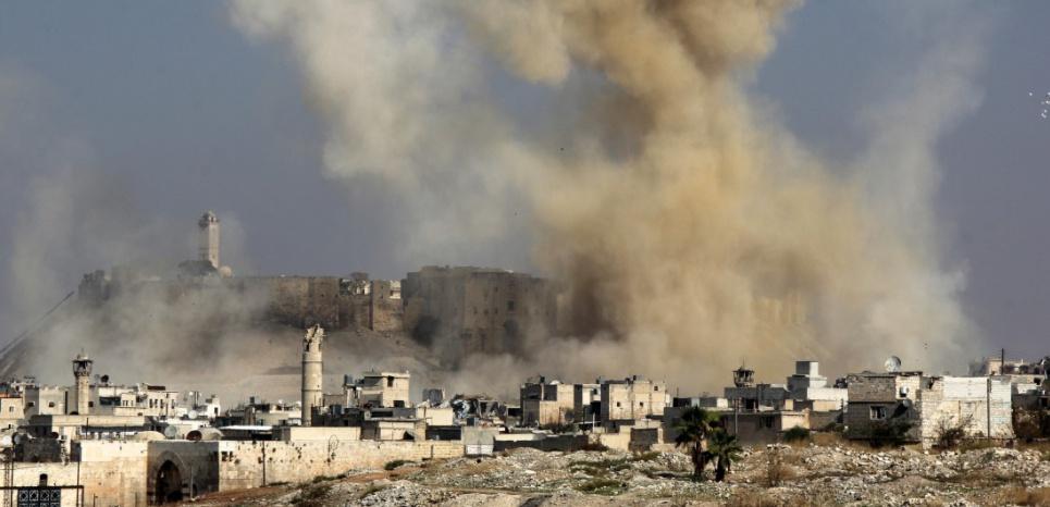 (Photo d'illustration) Le 7 novembre 2015, à Alep, après un bombardement du régime syrien. (KARAM AL-MASRI / AFP)
