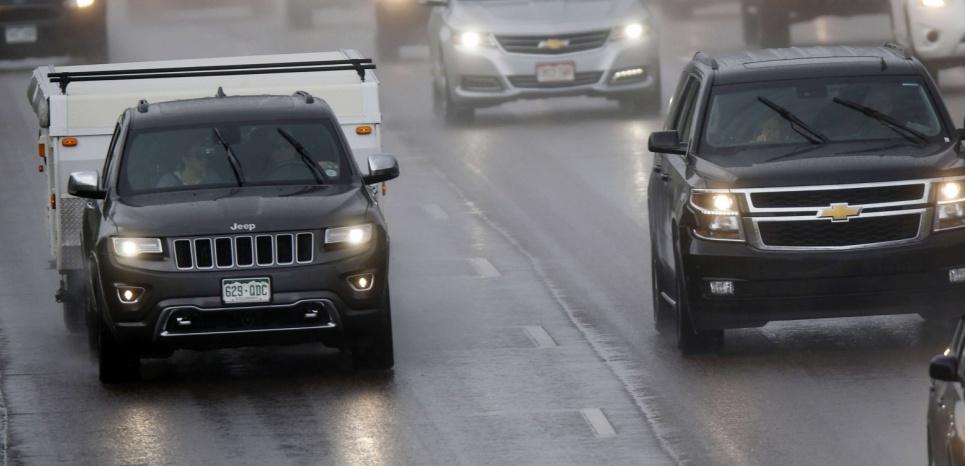 """En 2015, une Chrysler sur une route du Colorado, aux Etats-Unis. La démonstration du """"hacking"""" de la Jeep Cherokee a été faite par des journalistes de Wired la même année. ©David Zalubowski/AP/SIPA"""