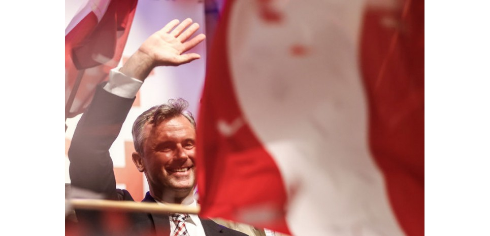 Norbert Hofer, candidat du Parti de la liberté (FPÖ), islamophobe et eurosceptique, est arrivé en tête du premier tour de l'élection présidentielle autrichienne avec 35% des suffrages le 24 avril et part favori pour l'emporter dimanche face à l'indépendant Alexander van der Bellen, ancien chef de file des Ecologistes. /Photo prise le 1er mai 2016/REUTERS/Dominic Ebenbichler (c) Reuters