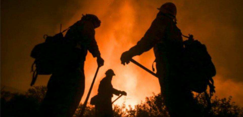 Les pompiers luttent contre un incendie géant surnommé Blue Cut, au nord de San Bernardino, le 16 août 2016 en Californie (c) Afp