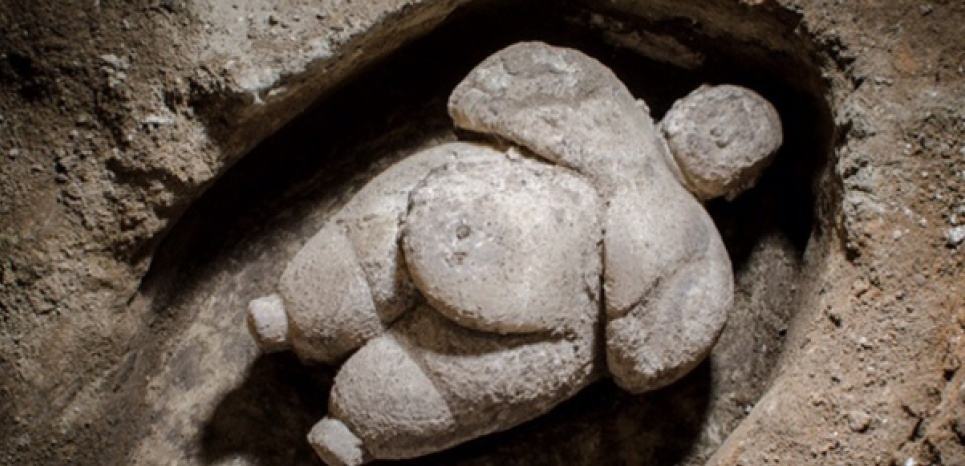 Sculpture féminine de plus de 8000 ans découverte sur le site de Catalhöyük, en Turquie. Crédit: Daily Sabah