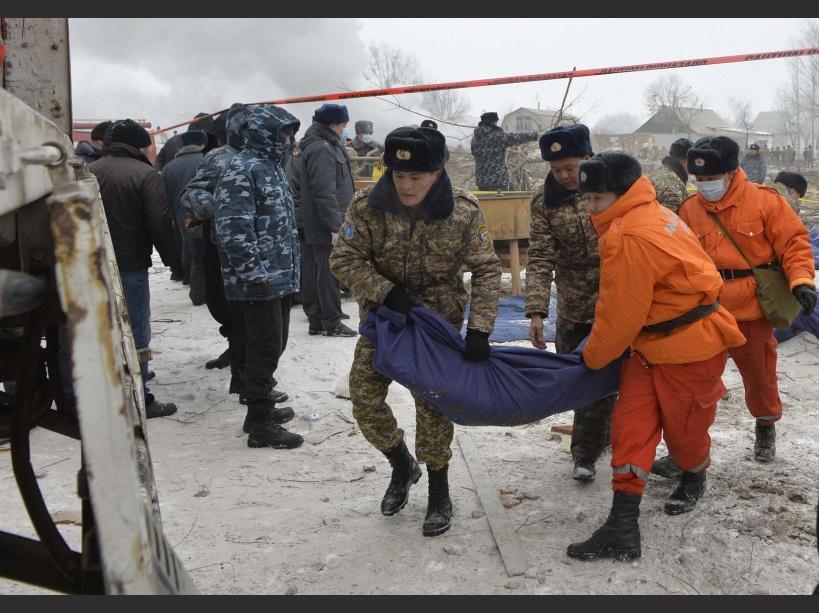 Les images surréalistes du crash d'un avion-cargo dans un village du Kirghizistan