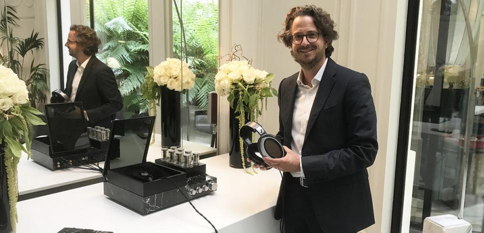 Daniel Sennheiser, PDG de Sennheiser, au Palace Peninsula à Paris, tient le système HE 1 Boris Manenti pour L'Obs