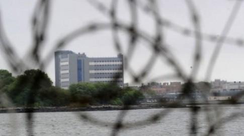 DSK écroué dans la prison de Rikers sur la base d'accusations de crime sexuel commis à l'hôtel Sofitel de Manhattan contre une femme de chambre originaire de Guinée, s'engage également à se présenter en cour chaque fois que sa présence sera exigée.  (c) Afp