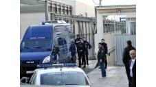 """Deux jeunes Grecs de 23 ans, principaux accusés du procès du groupe extrémiste anarchiste grec Conspiration des cellules de feu, ont été condamnés mardi à 37 ans de prison chacun, après avoir été reconnus coupables de """"participation à un groupe terroriste"""".  (c) Afp"""