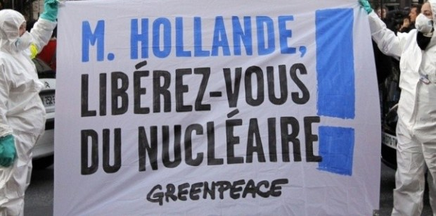 Des militants de Greenpeace devant le siège du PS PATRICK KOVARIK / AFP