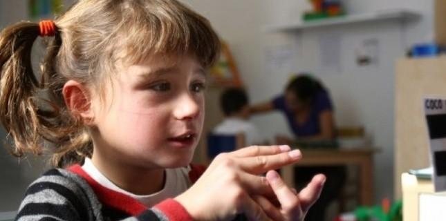 Pénélope, une autiste de 9 ans à Paris (JOEL SAGET / AFP)