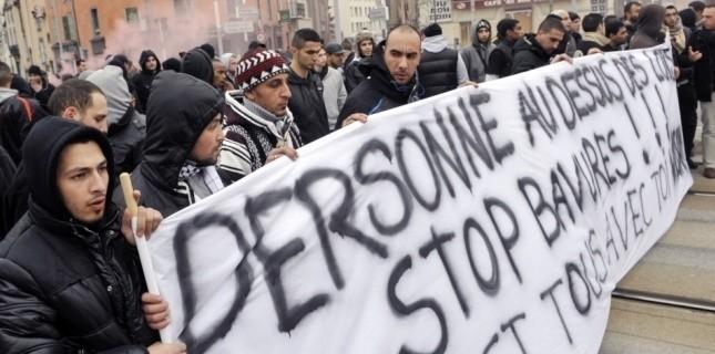 """Manifestation samedi à Clermont-Ferrand en soutien au jeune homme interpellé de façon """"musclée"""" la nuit de la Saint-Sylvestre. (AFP/ Thierry Zoccolan)"""